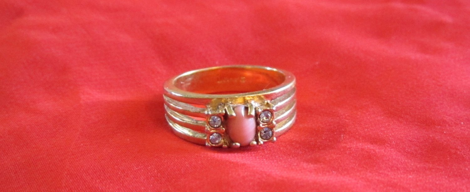 Avon Gold Tone and Gemstone Ring with Pink Center Size 6.5 (r 8)