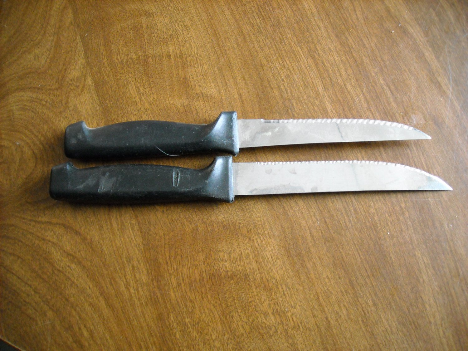 Two Black Handled Stainless Steel Steak Knives (wtnk42)
