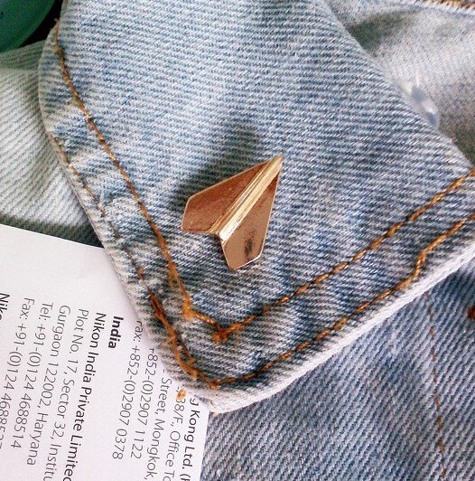 Paper plane pin (gold colour)