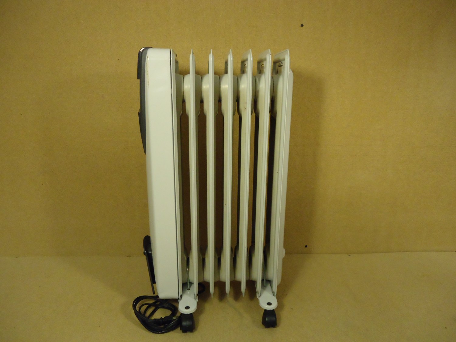 Delonghi SafeHeat Radiator Room Heater 25in x 13in x 10in Gray 6507L Metal