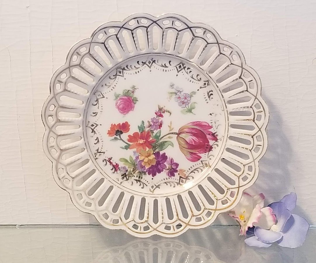 Porcelain Reticulated Plate with Classical Flowers