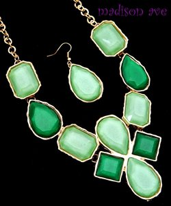 DAZZLE ME IN GREEN STATEMENT NECKLACE