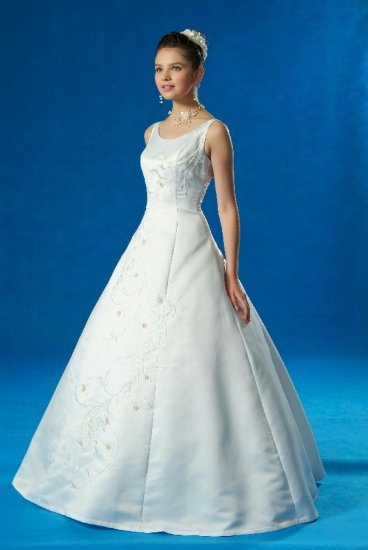NEW FLATTERING BEADED WEDDING BRIDAL GOWN DRESS w/ BLUE EMBROIDERY SIZE 16