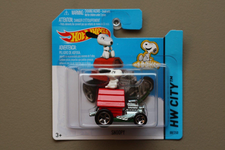 Hot Wheels 2014 HW City Snoopy (Peanuts) (red)