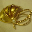 LOVELY VINTAGE GOLD TONE FLOWER PEARL PIN BROOCH