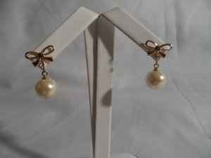 18 kt Gold Bow and Pearl Stud Earrings