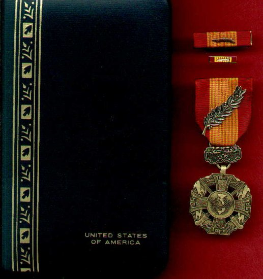 Vietnam Cross of Gallantry Award Medal with palm device in case with ribbon bar and lp