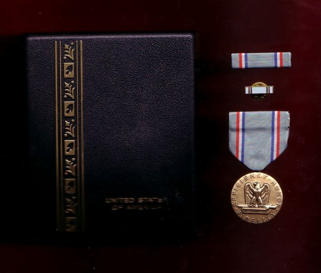 USAF Air Force Good Conduct medal decoration set with ribbon bar and lapel pin in case