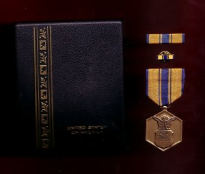 USAF Air Force Commendation medal decoration set with ribbon bar and lapel pin in case
