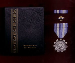 USAF Air Force Achievement medal decoration set with ribbon bar and lapel pin in case