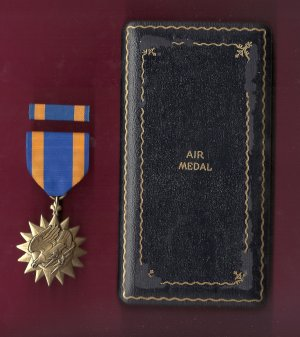 Air medal showing eagle and lightning bolts in WWII Case with ribbon bar AAC