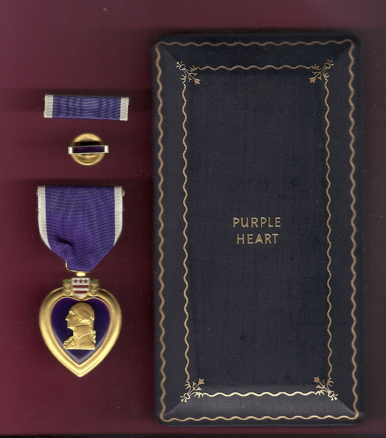 WWII Purple Heart Military Award medal in case with ribbon bar and lapel pin GENUINE
