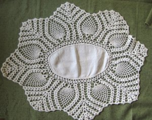 "Vintage Hand Crocheted Pineapple Edge Linen Centerpiece 28"" x 22"" White Doily"