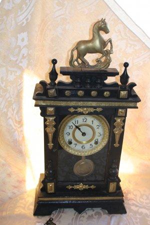 1910 Eight Day Movement Mantel Horse Clock w/ wind up key.