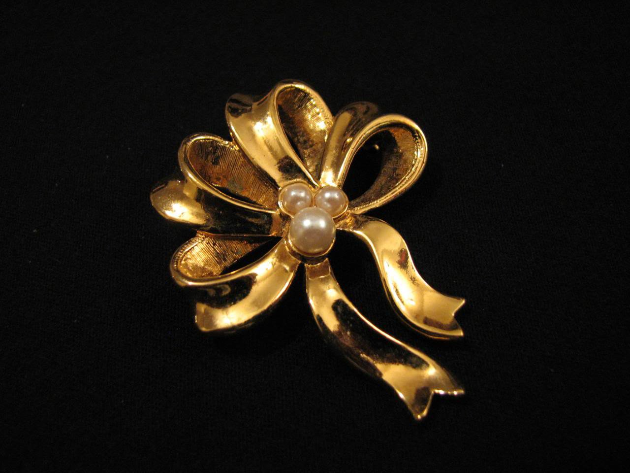 Vintage Avon Gold Tone and White Faux Pearl Ribbon Bow Pin Brooch