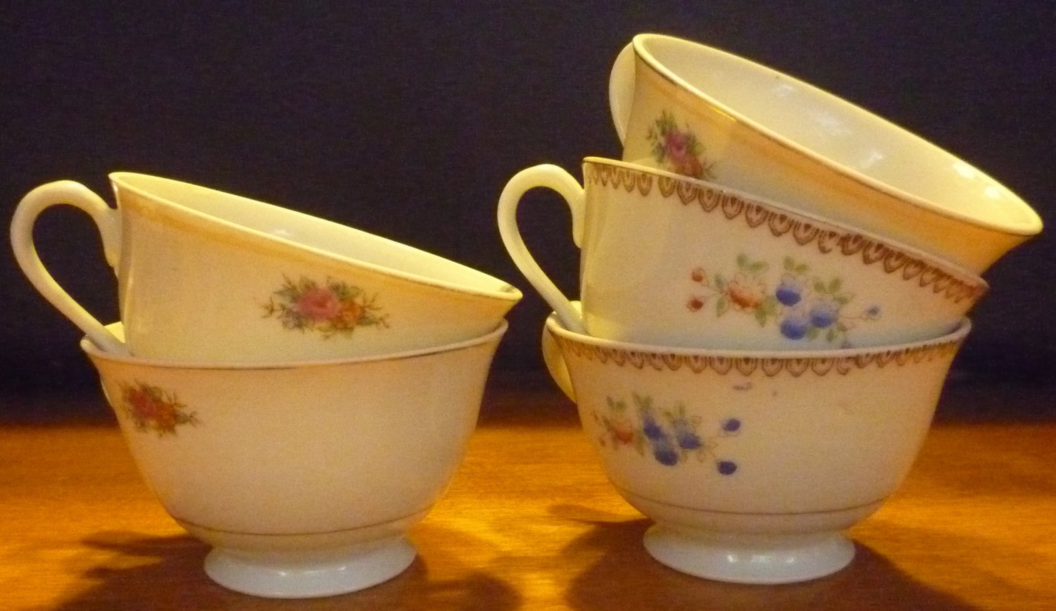GORGEOUS VINTAGE OCCUPIED JAPAN 5 FOOTED PORCELAIN FLOWER DESIGN COFFEE TEA CUPS