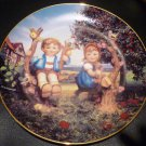 DANBURY MINT M.J. HUMMEL PLATE LITTLE COMPANIONS 'APPLE TREE BOY & GIRL' NMB