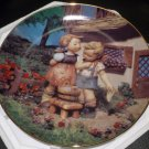 DANBURY MINT M.J. HUMMEL PLATE LITTLE COMPANIONS COLLECTION 'SQUEAKY CLEAN' NMB