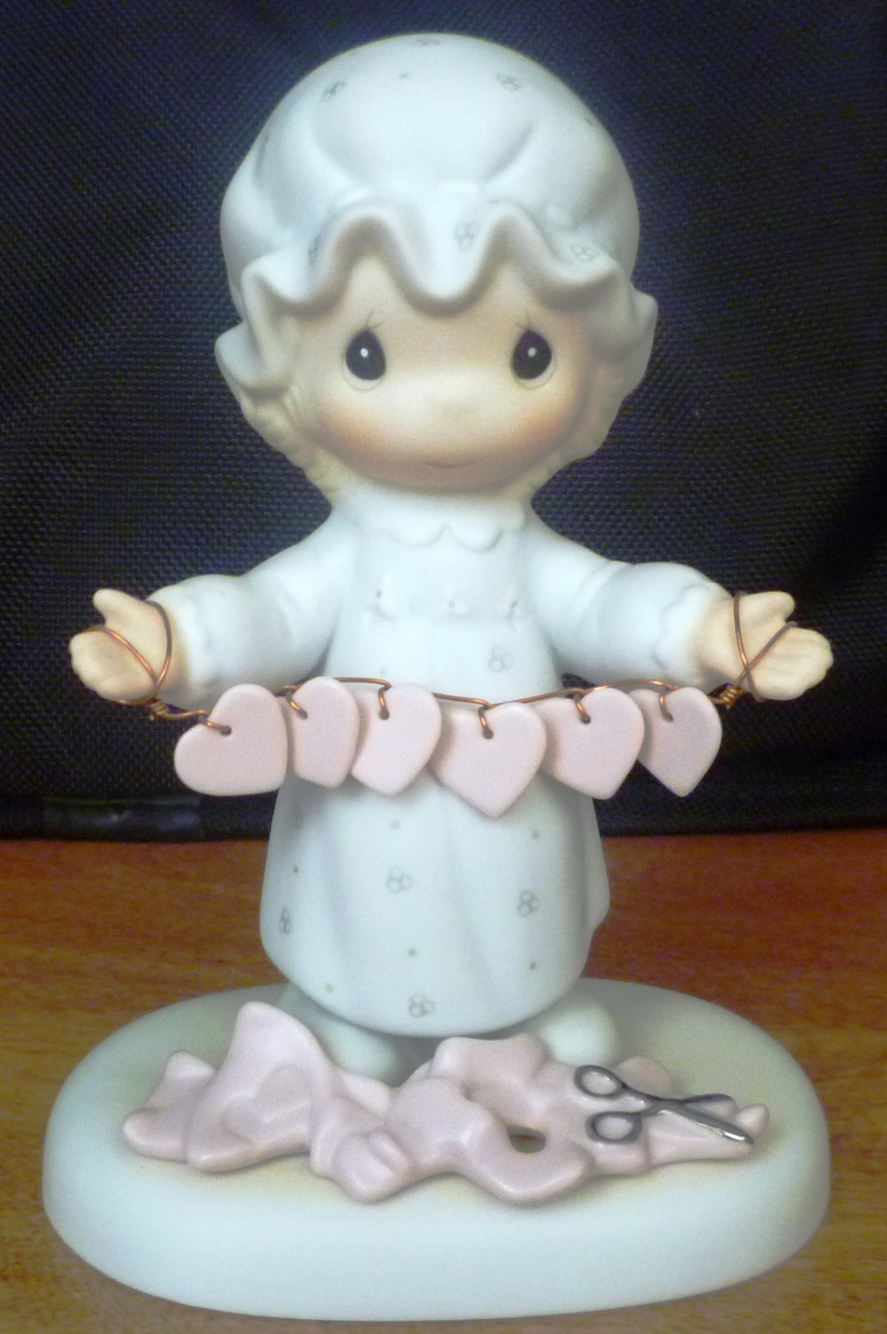 PRECIOUS MOMENTS GARLAND GIRL FIGURINE TOO MANY HEARTS JONATHAN & DAVID E-2821