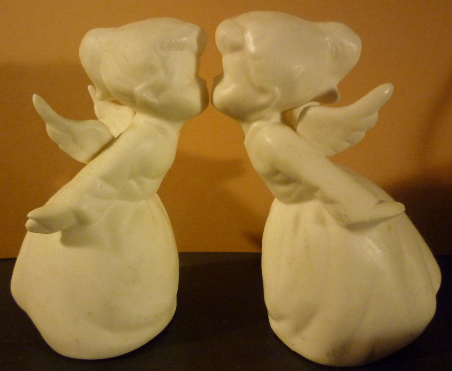 VINTAGE CHARMING WHITE BISQUE PORCELAIN FIGURINE KISSING ANGELS SET OF 2 SCHMIDT