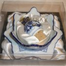 BEAUTIFUL BOMBAY BLUE & WHITE PORCELAIN WINE BOTTLE COASTER & STOPPER GIFT SET