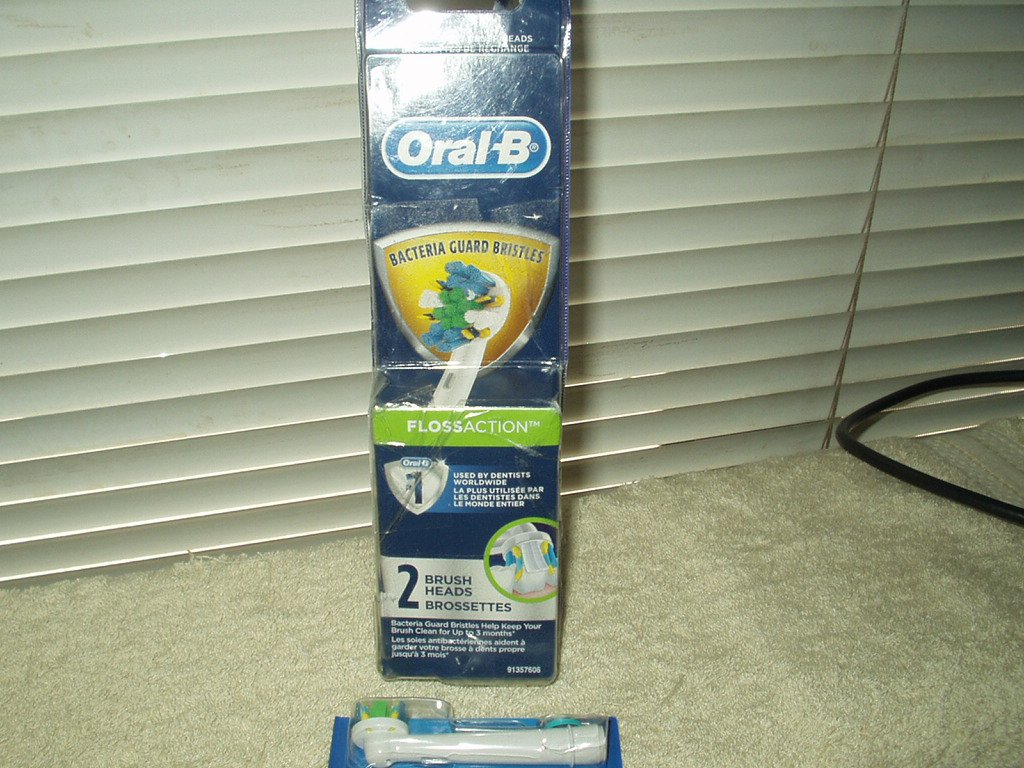 Braun Oral-B Floss Action Electric Toothbrush Replacement Brush Head lot of 1 open box