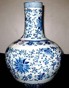 ANTIQUE CHINESE PORCELAIN BLUE & WHITE VASE QIANLONG MARK