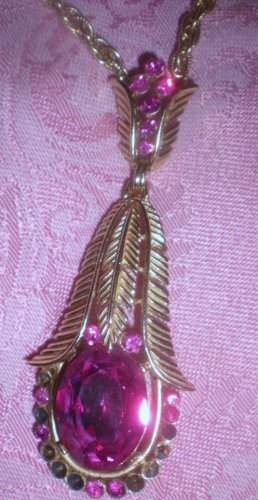 TRIFARI COLLECTIBLE FUSCHIA FLOWER PENDANT NECKLACE! CA 1960's
