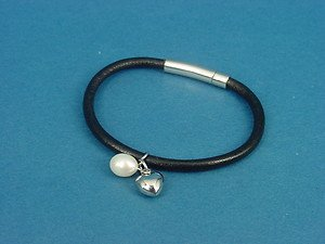 Ladies leather bracelet with s.steel dangling heart & pearl charm 506