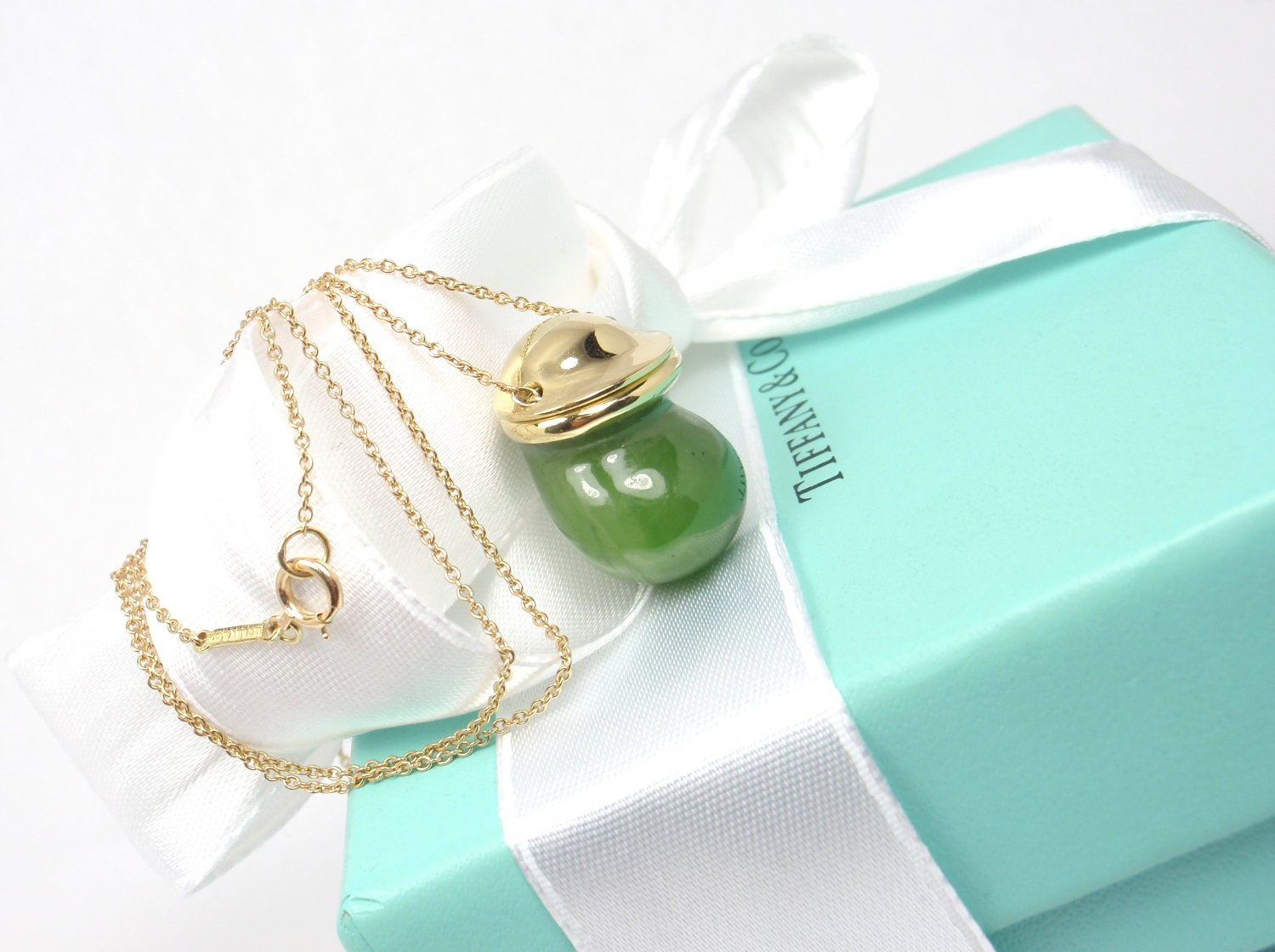 """Very Rare Vintage 1970's Tiffany & Co Peretti 18K Gold Jade Bottle Inro Urn Necklace 24"""""""