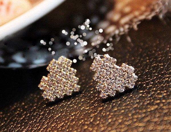 Fashion Heart Shaped Rhinestone Stud Earrings (Silver)
