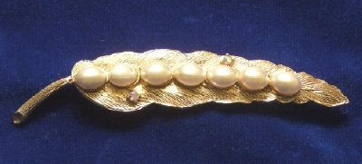 Vintage CORO Gold Tone Leaf  with  Pearls Brooch / Pin