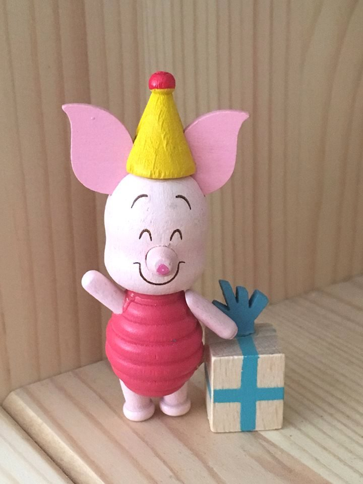 7-11 Disney Winnie the Pooh & Friends Wooden Figure - Piglet with present