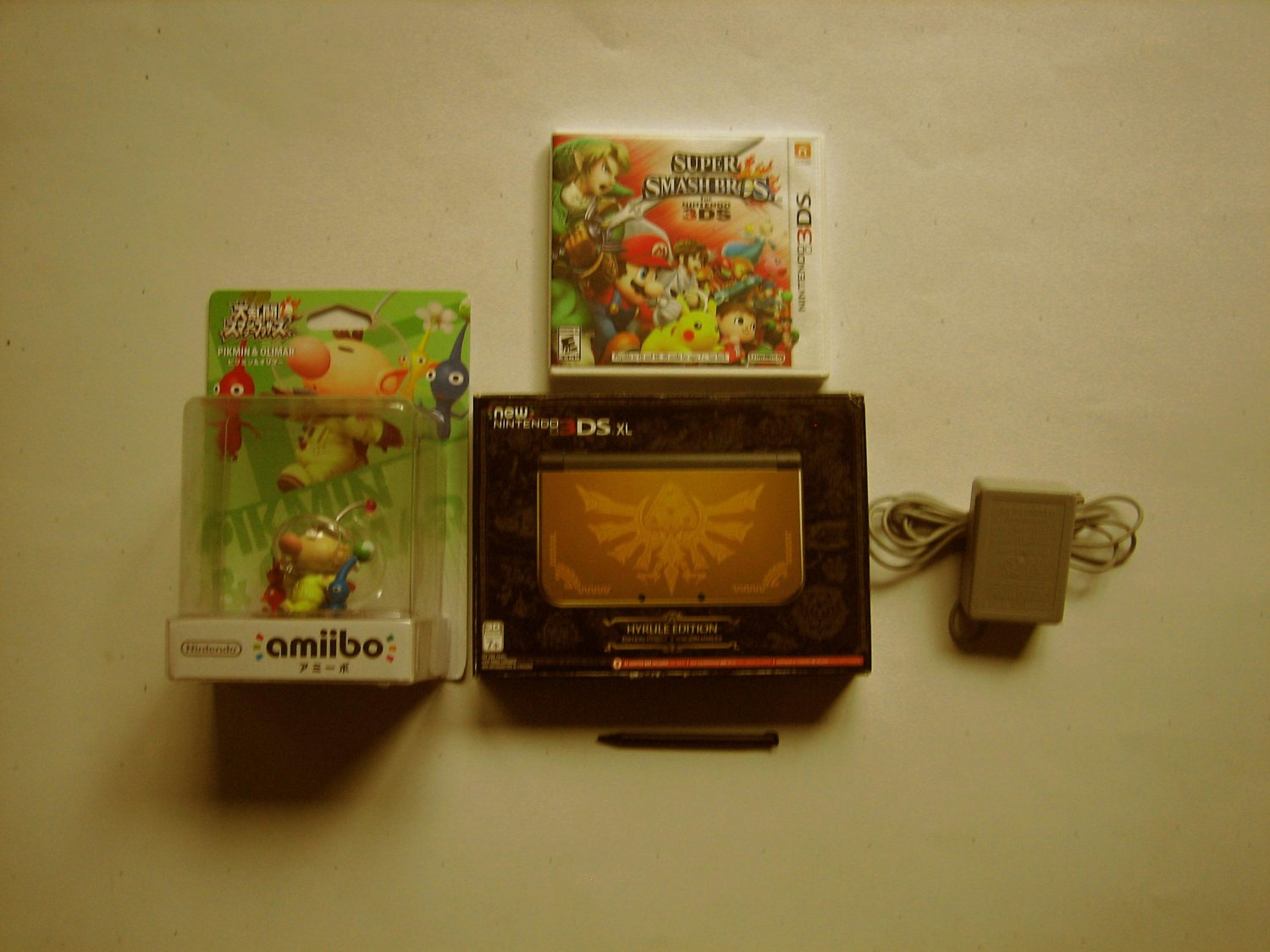Gold  Nintendo New 3ds xl Hyrule Special Edition w Smash Brothers & More!
