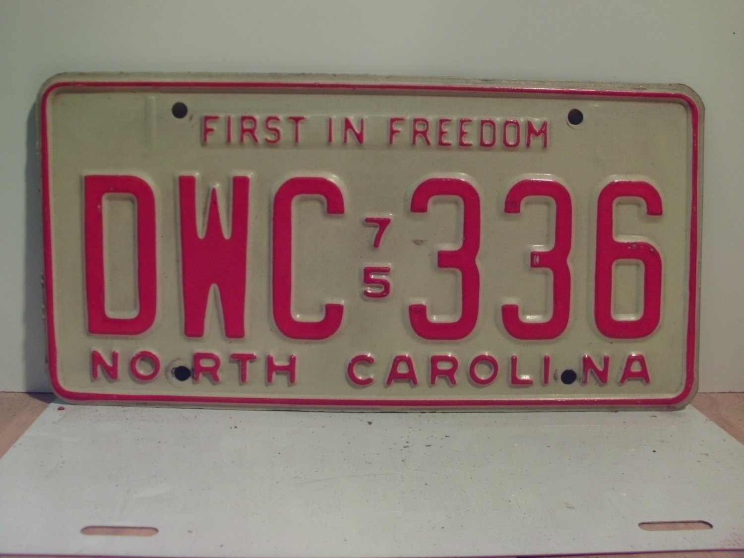 1975 North Carolina NC Passenger YOM License Plate DWC-336 Excellent!