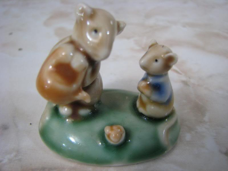 MOUSE FAMILY - WATER PLANT SCENE PORCELAIN FIGURINE