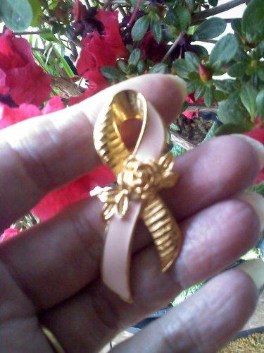 Avon pink ribbon tac pin in goldtone with rose