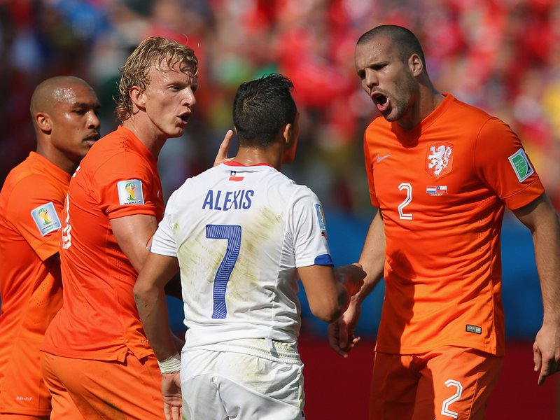 018 -  8 X 6 Photo - Football - FIFA World Cup 2014 - Chile V Holland Ron Vlaar & Sanchez