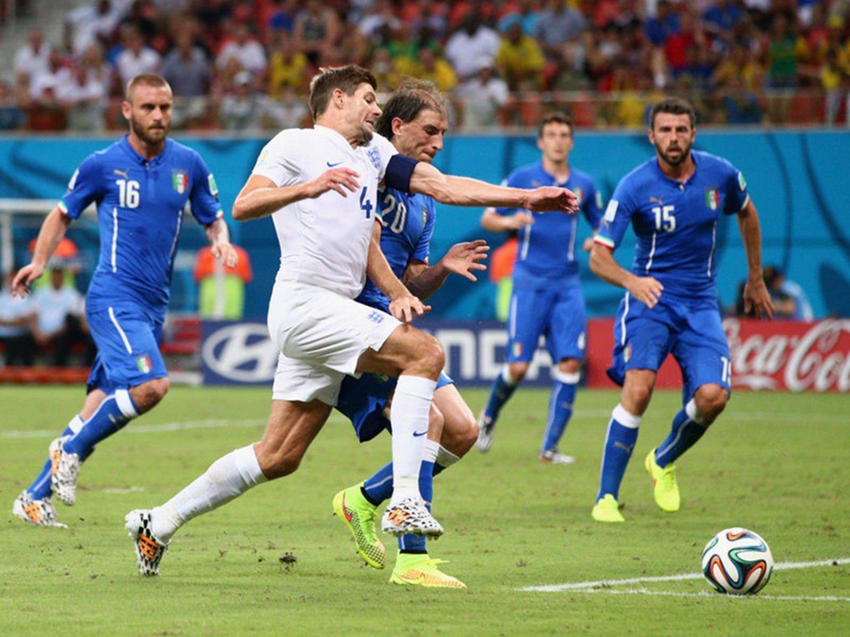 088 - 8 X 6 Photo - Football - FIFA World Cup 2014 - England V Italy Steven Gerrard