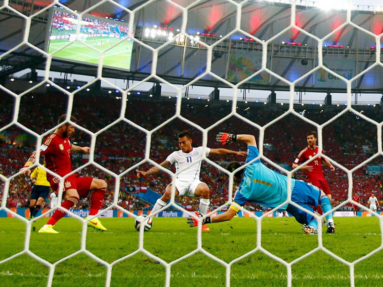 WC 0155 - 8 X 6 Photo - Football - FIFA World Cup 2014 - Spain V Chile -    Eduardo Vargas Scores