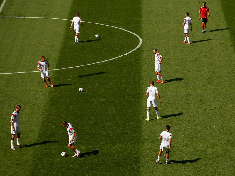 550 - 8 X 6 Photo - Football - FIFA World Cup - Germany V France - Players  Warmup
