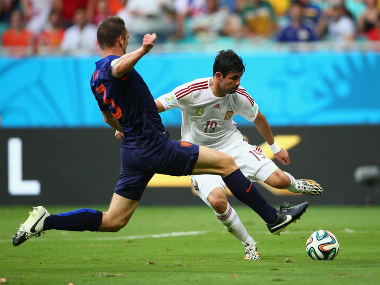 304 - 8 X 6 Photo - Football - FIFA World Cup 2014 - Spain V Holland - Diego  Costa  Is  Fouled