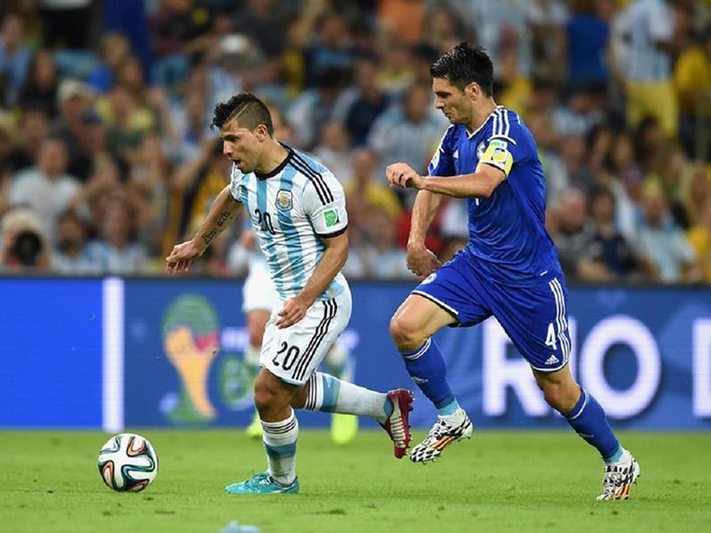 109 - 8 X 6 Photo - Football - FIFA World Cup 2014 - Argentina V Bosnia - Sergio Aguero On Ball