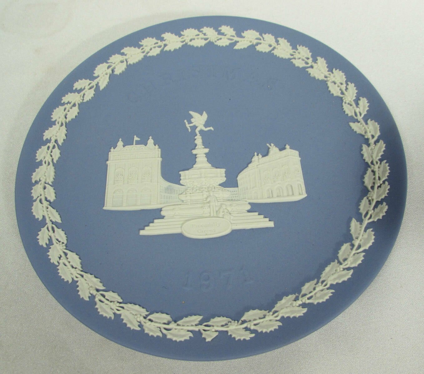 Vintage Wedgwood Piccadilly Circus 1971 Christmas Plate White on Blue Orig Box