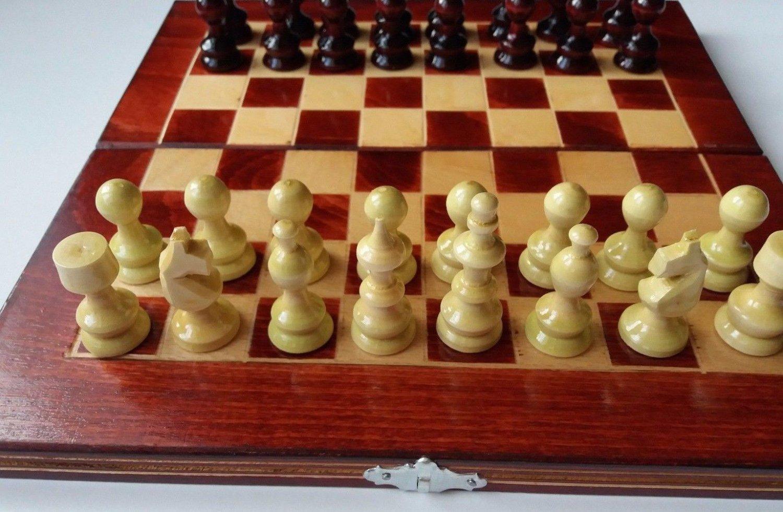 Red travel wooden chess set handspindled chess piece,beech wood chessboard box