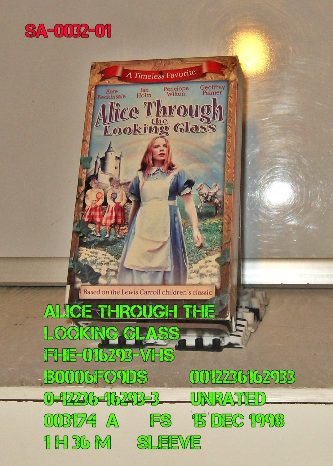 VHS - ALICE THROUGH THE LOOKING GLASS