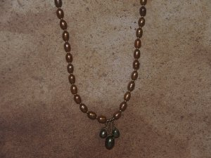 a gold fresh water pearl necklace