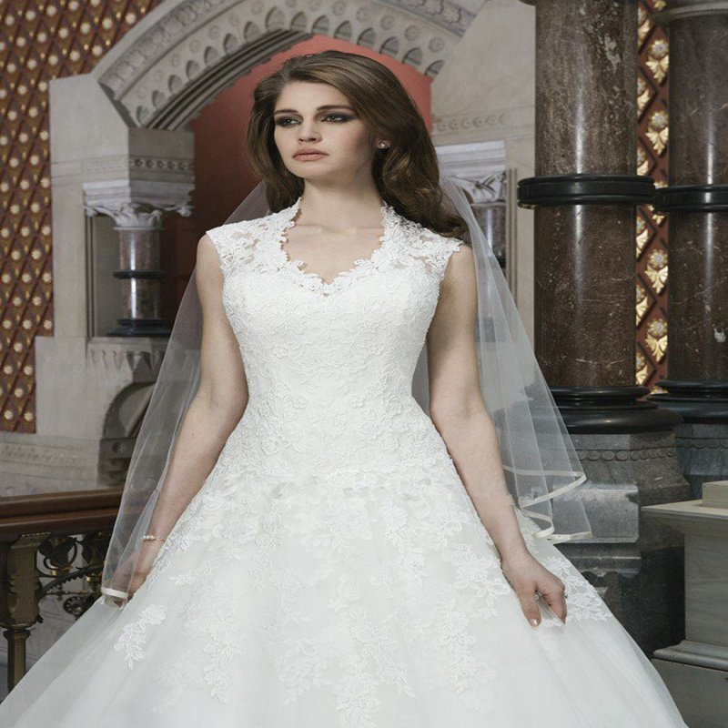 Lace Bridal Dress A-Line Fashionable V-neck White Long Plus Size Wedding Dress
