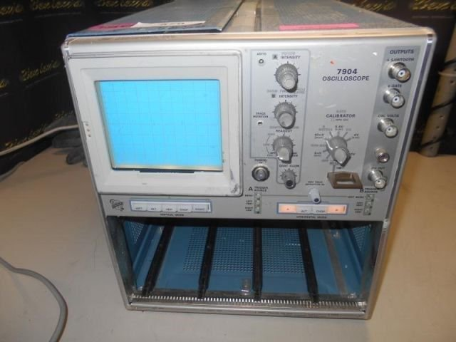 TEKTRONIX 7904 OSCILLOSCOPE Channels 2, 500MHz - 699 MHz, Digital