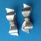 "VINTAGE ANTIQUE ""CORO"" SILVER TONE TEXTURED RHINESTONE BOW CLIP ON EARRINGS 1.5"""